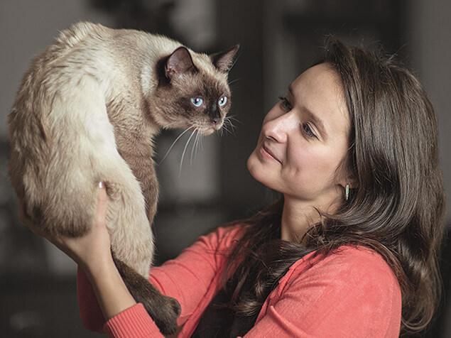 Frau hält Katze
