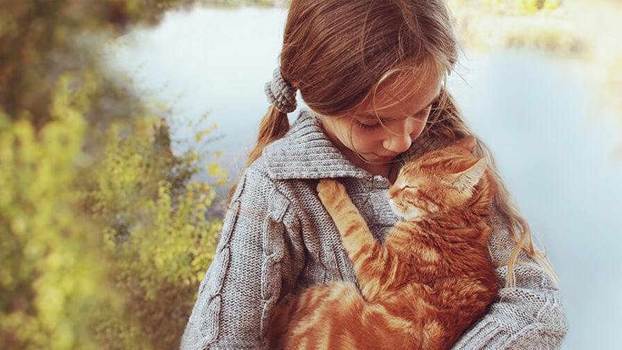 Junges Mädchen, das eine Katze hält