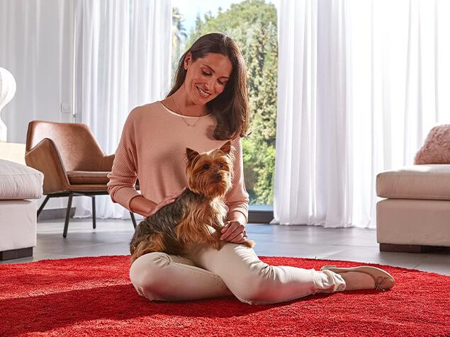Frau mit Hund auf dem Schoß