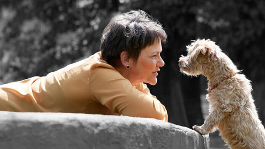 Frau mit Hund auf Schoß