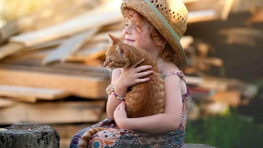 Mädchen mit Katze draußen