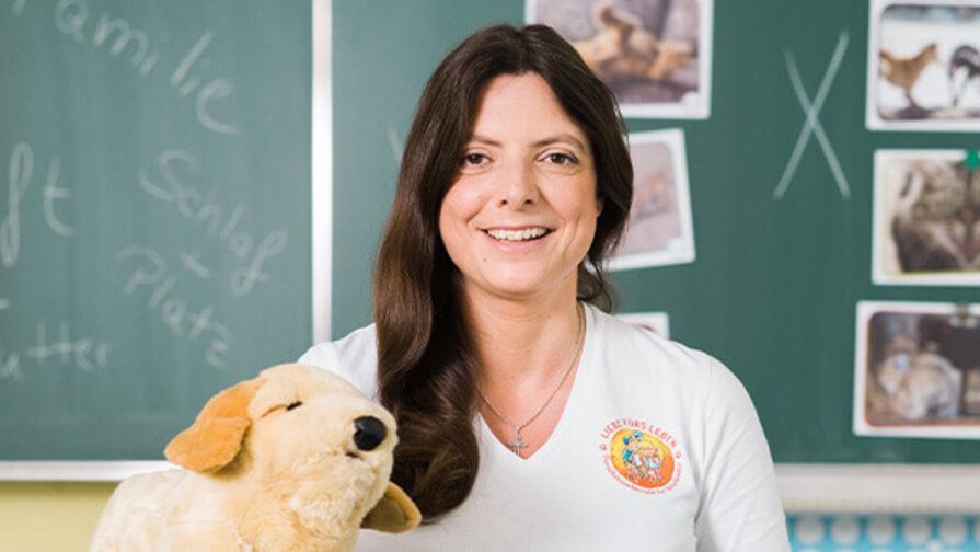 Porträt: PURINA Tierschutzlehrerin, center